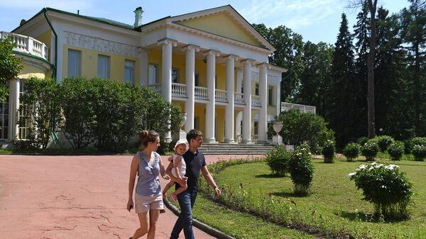Посетители на территории музея-заповедника Горки Ленинские в Московской области