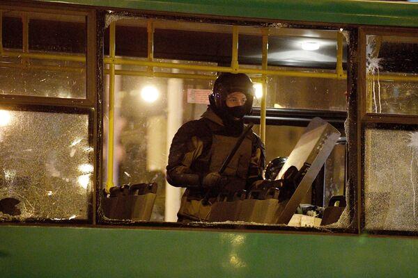 Сотрудник правоохранительных органов во время акции протеста в Минске