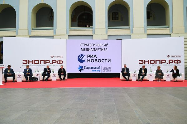 Участники пленарной сессии Опыт Москвы по борьбе с COVID-19: быстрое строительство и перепрофилирование больниц в условиях пандемии. Кейсы от московских больниц и девелоперов
