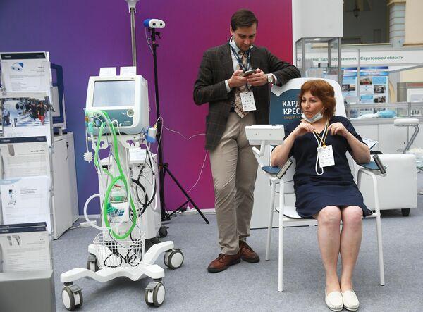 Кардио-кресло компании Швабе (справа) и аппарат искусственной вентиляции легких SLE6000 на выставке всероссийского форума Здоровье нации — основа процветания России