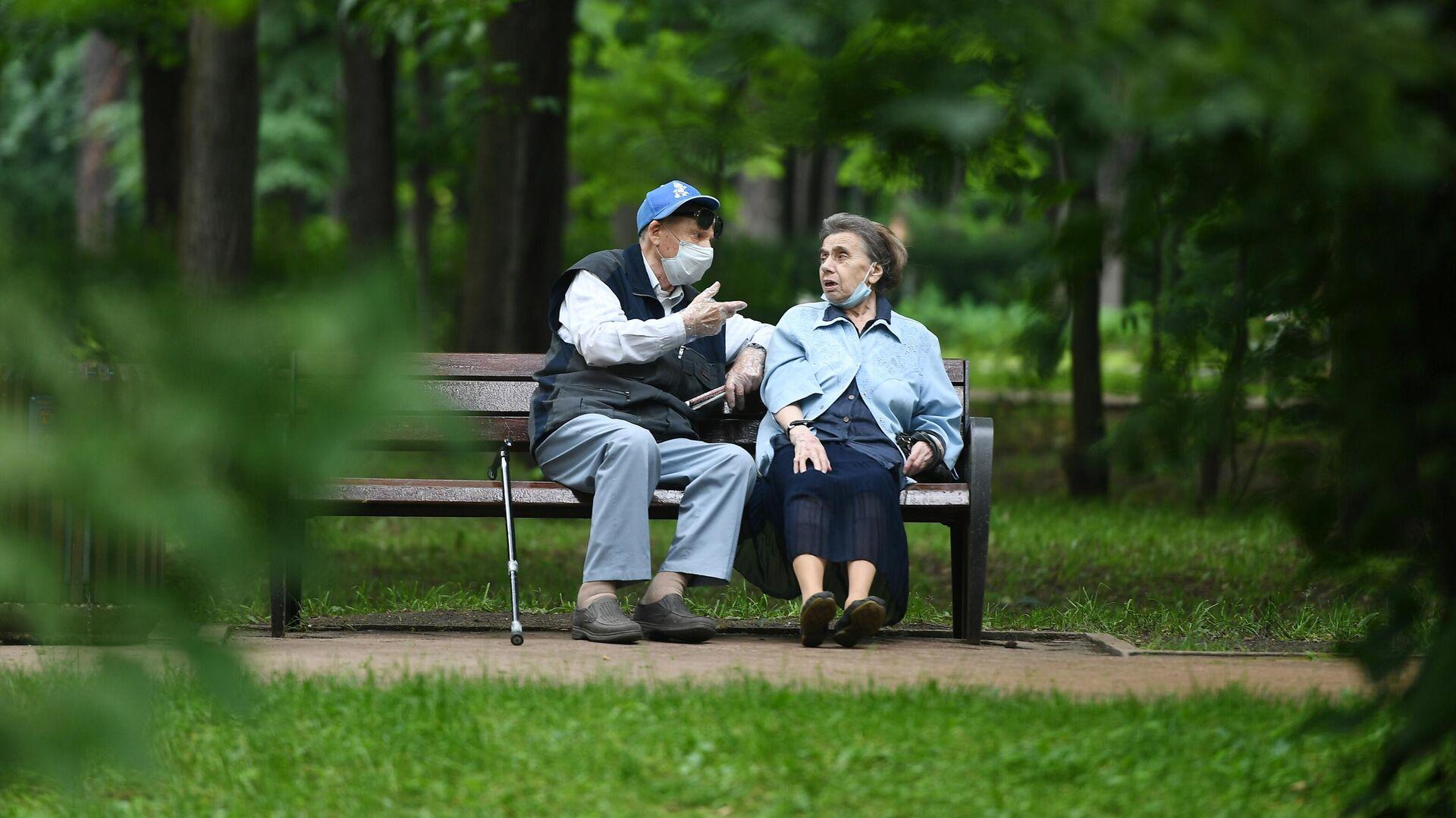 Отдыхающие пенсионеры в парке Сокольники в Москве - РИА Новости, 1920, 19.10.2020