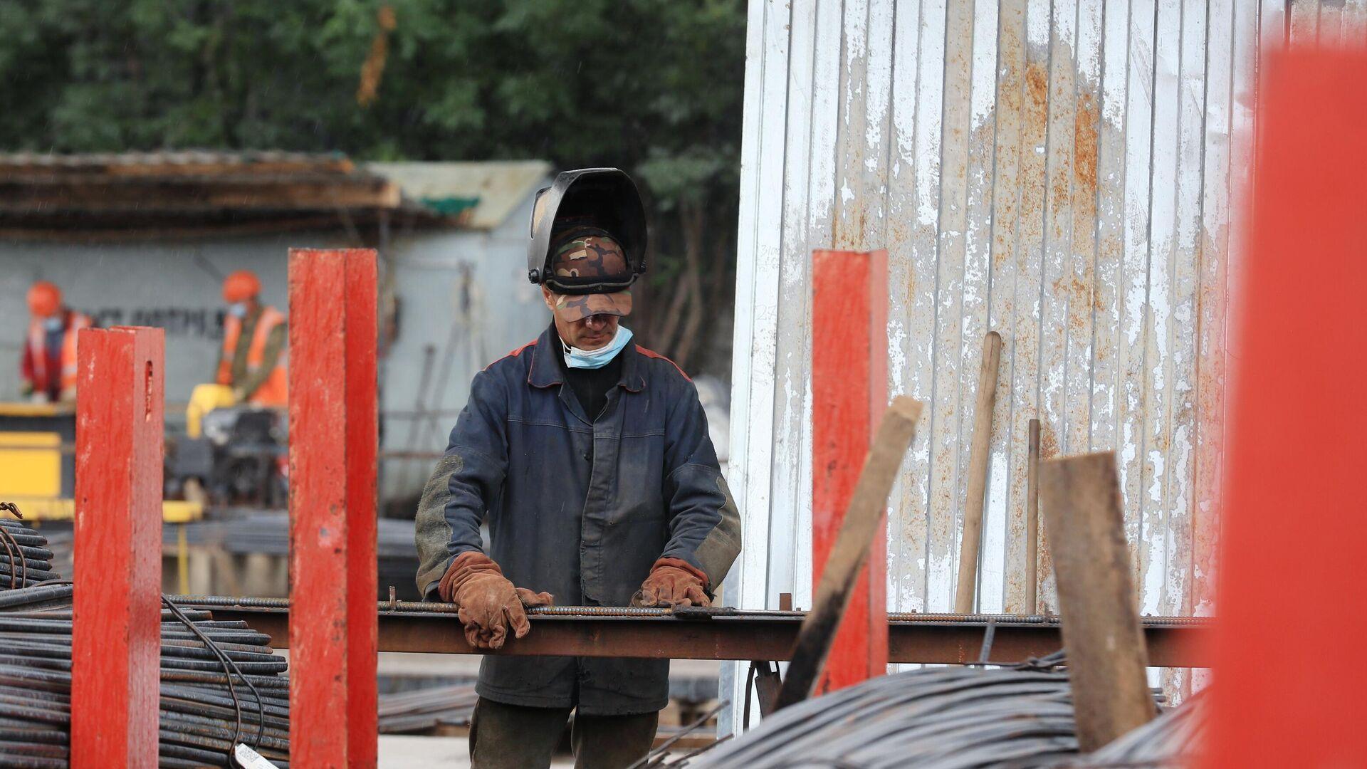 Сотрудник Мостотреста на строительстве участка Северо-Восточной хорды в Москве - РИА Новости, 1920, 09.01.2021