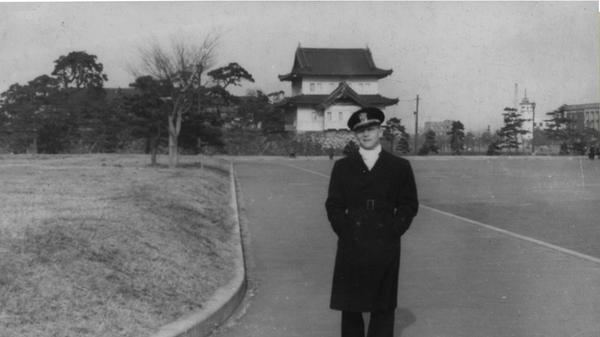 Фотография, выложенная пользователем Dauntless1 на сервисе Reddit, где его дед позирует на фоне Императорского дворца в Токио
