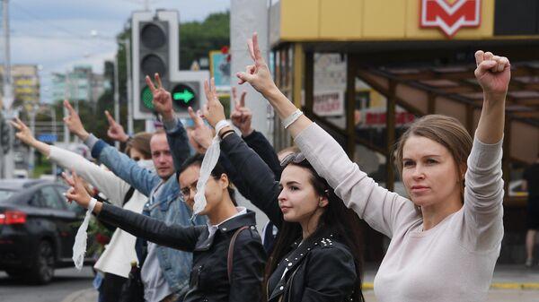 Участники мирной акции протеста в Минске против фальсификации результатов выборов