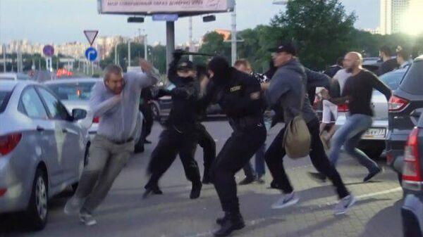 Свои против своих: в Минске не утихают протесты и столкновения с полицией