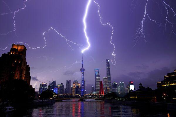 Молния над финансовым районом Пудун в Шанхае