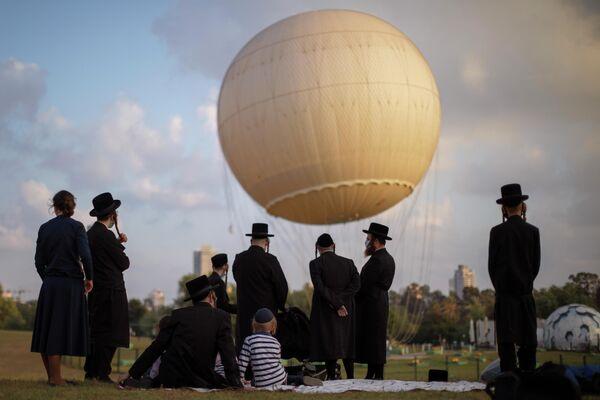 Ультраортодоксальные евреи отдыхают в парке в Тель-Авиве