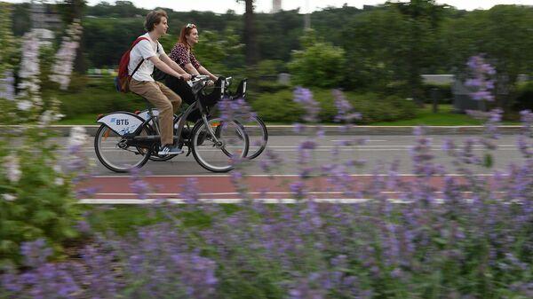 Молодые люди катаются на велосипедах на территории спортивного комплекса Лужники в Москве