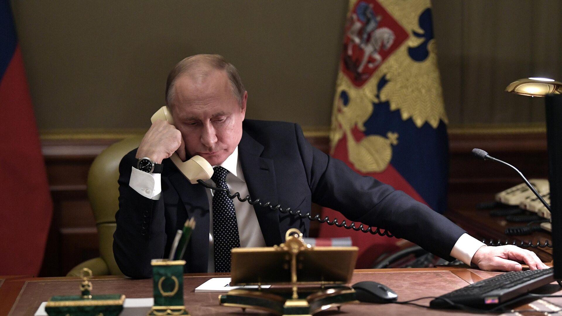 Президент РФ Владимир Путин во время телефонного разговор - РИА Новости, 1920, 27.01.2021