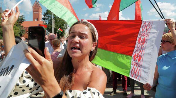 Люди на митинге в поддержку президента Беларуси Александра Лукашенко у Дома правительства на площади Независимости в Минске, Беларусь