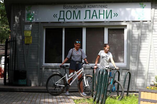Посетители у вольерного комплекса Дом лани в Зеленограде