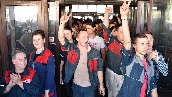 Рабочие Минского автомобильного завода на акции протеста в Минске