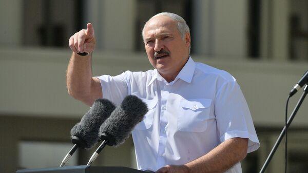 Президент Белоруссии Александр Лукашенко выступает на митинге, организованном в его поддержку на площади Независимости в Минске