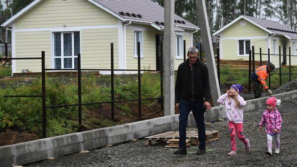 Местные жители возле индивидуальных жилых домов в микрорайоне Березовая роща в городе Тулун Иркутской области