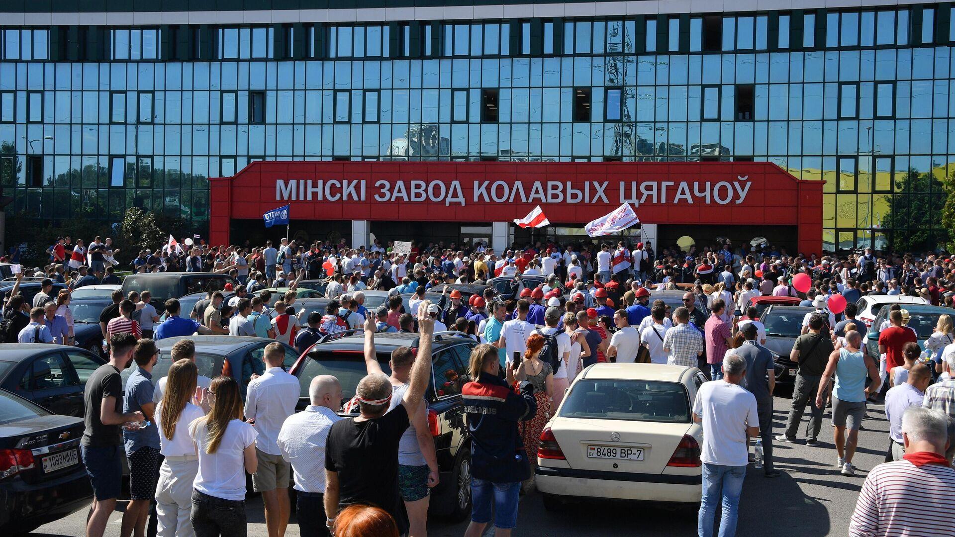 Участники митинга оппозиции возле Минского завода колёсных тягачей - РИА Новости, 1920, 21.08.2020
