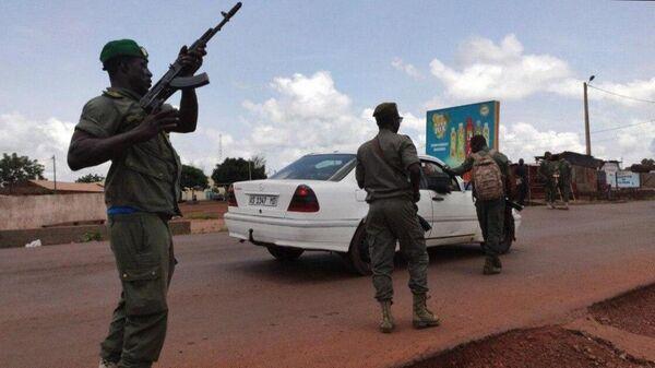 Военнослужащие во время митинга в поддержку военного мятежа в столице Мали Бамако