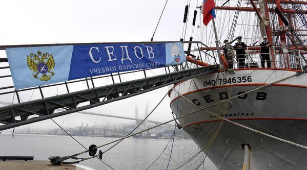 Барк Седов перед отправлением в экспедицию по Северному морскому пути из Владивостока в Калининград, на 33-м причале Тихоокеанского флота