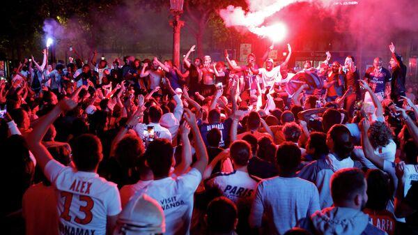 Фанаты Пари Сен-Жермен празднуют победу клуба на Елисейских полях в Париже