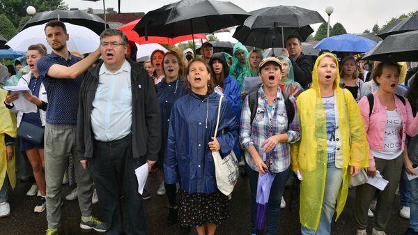 Участники акции протеста у центральной проходной Минского тракторного завода