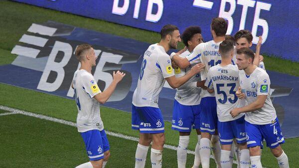 Игроки ФК Динамо радуются забитому мячу