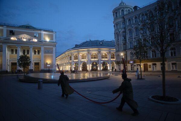 Биржевая площадь в Москве. Слева: Торгово-промышленная палата РФ, в центре: Гостиный двор