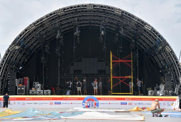 Подготовка сцены к открытию ежегодного международного джазового фестиваля Koktebel Jazz Party в Коктебеле