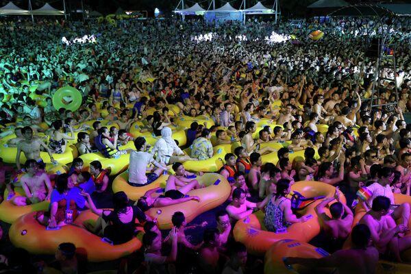 Музыкальный фестиваль в бассейне в Ухани