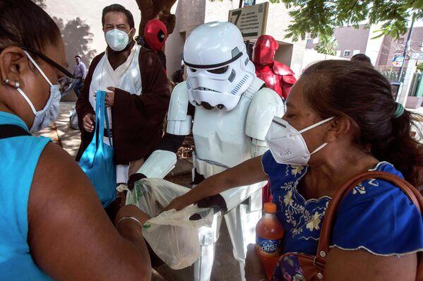 Фанаты Звездных войн раздают еду и напитки родственникам пациентов больницы Игнасио Гарсия Мексиканского института социального обеспечения в Мериде