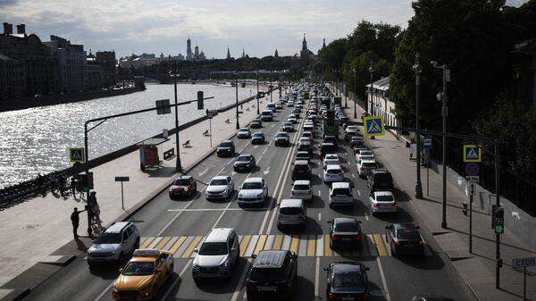 Автомобили на Москворецкой набережной в Москве