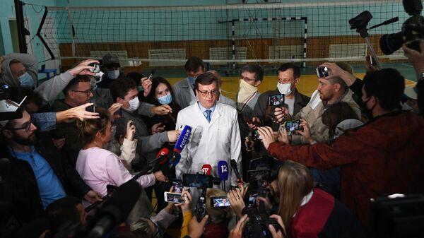 Главный врач омской БСМП №1 Александр Мураховский выступает на брифинге, посвященном состоянию здоровья Алексея Навального