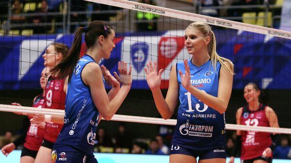 Волейболистки московского Динамо Яна Щербань (слева) и Ирина Фетисова