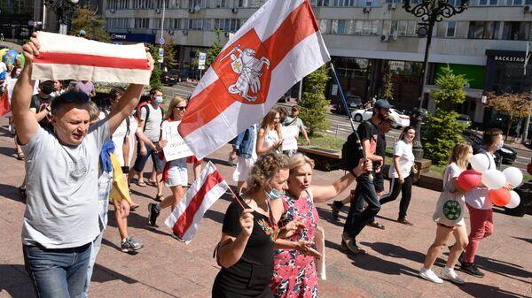 Участники акции в Киеве в поддержку протестующих в Белоруссии