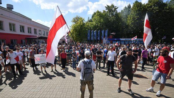 Участники митинга оппозиции возле Минского моторного завода