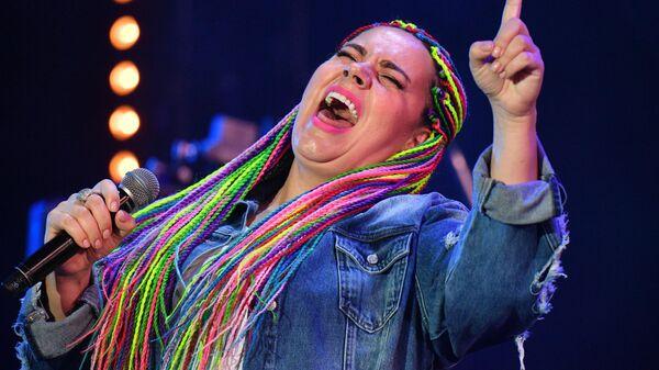 Участница коллектива Manka Groove Ирина Чувакова выступает на Международном музыкальном фестивале Koktebel Jazz Party - 2020 в Крыму