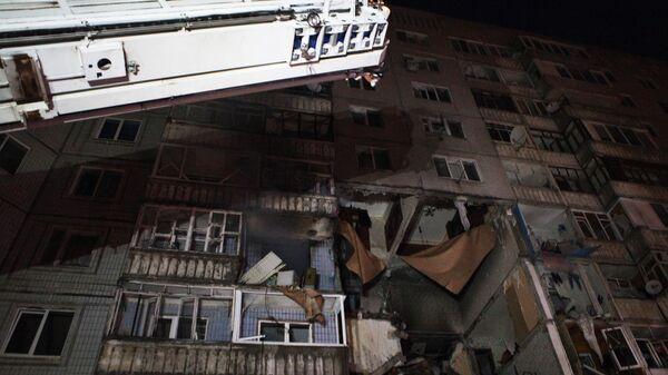 Сотрудники МЧС РФ работают на месте взрыва бытового газа в жилом доме №5 по улице Батова в Ярославле