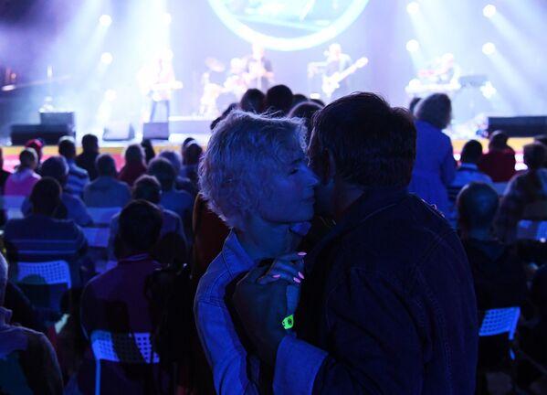Посетители танцуют во время выступления музыканта, солиста группы Моральный кодекс Сергея Мазаева на Международном музыкальном фестивале Koktebel Jazz Party - 2020 в Крыму