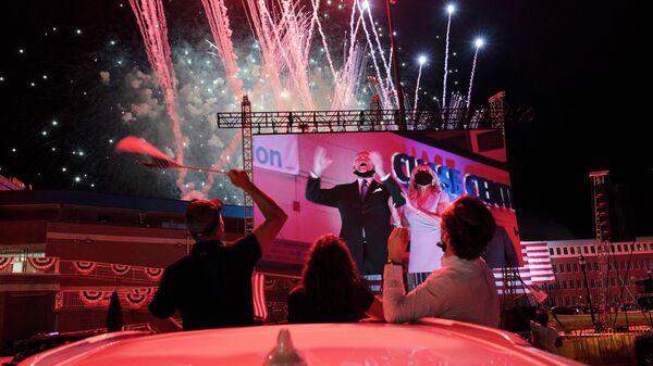 Сторонники кандидата в президенты Джо Байдена аплодируют во время трансляции его выступления в четвертый день Национального съезда Демократической партии
