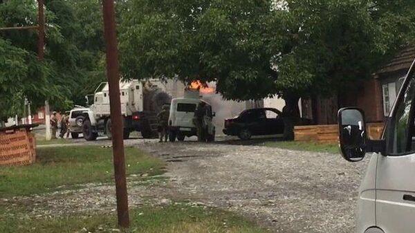 Силовики обстреляли засевших в частном доме боевиков в Ингушетии. Кадры спецоперации