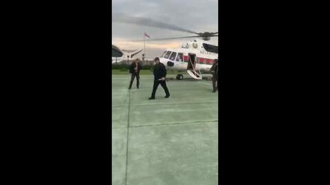 Лукашенко на вертолете прилетел во Дворец независимости и вышел с автоматом