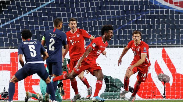 Футболист Баварии Кингсли Коман забивает гол в ворота ПСЖ