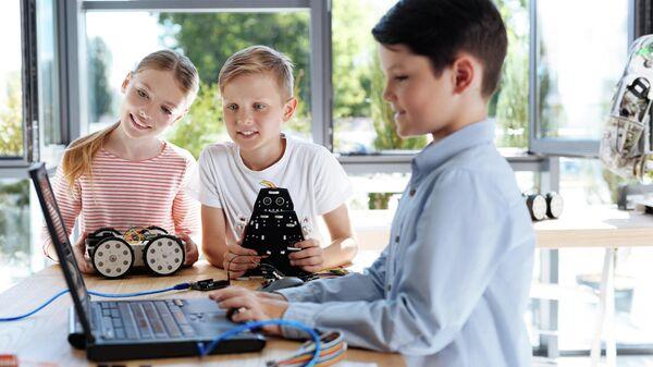 Дети собирают робота