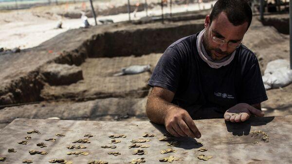 Золотые монеты эпохи династии Аббасидов, найденные археологами в Израиле