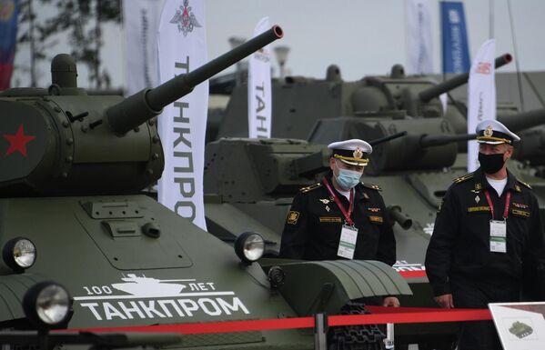 Участники около танка Т-34-85 на выставке вооружений Международного военно-технического форума (МВТФ) Армия-2020 в военно-патриотическом парке Патриот