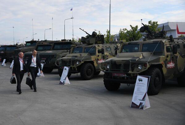 Посетители у бронеавтомобилей Тигр-М на выставке вооружений Международного военно-технического форума (МВТФ) Армия-2020 в военно-патриотическом парке Патриот