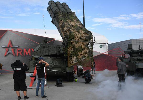 Посетители у зенитного ракетного комплекса Бук-М3 на выставке вооружений Международного военно-технического форума (МВТФ) Армия-2020 в военно-патриотическом парке Патриот