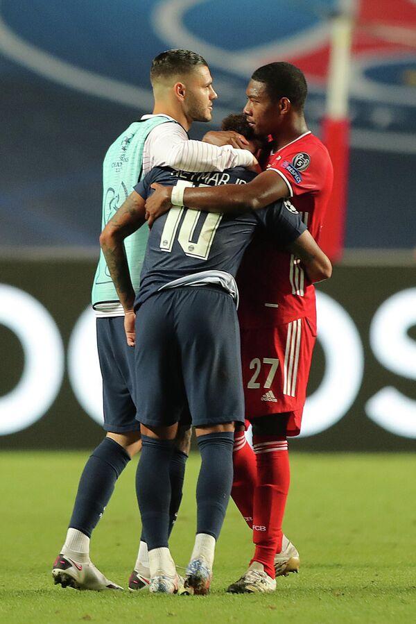 Защитник Баварии Давид Алаба с нападающим ПСЖ Неймаром после финала Лиги чемпионов