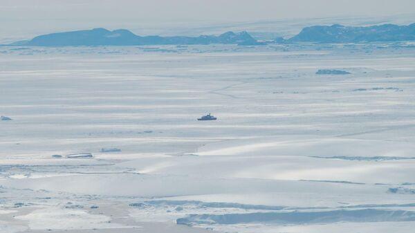 Японский ледокол Сирасэ у оконечности ледника Сирасэ во время 58-й Японской антарктической экспедиции
