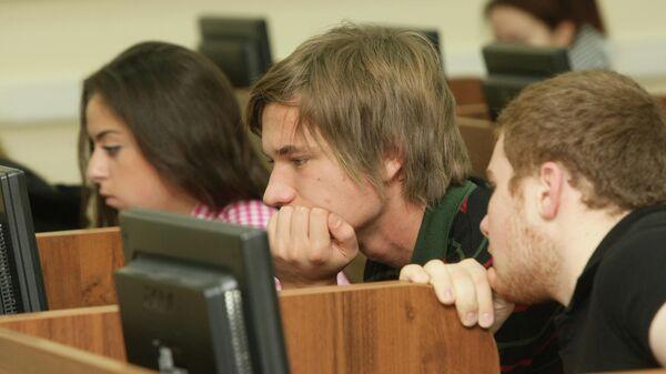 Студенты сдают экзамен в компьютерном классе