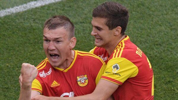 Футболисты Арсенала Евгений Луценко (слева) и Александр Ломовицкий