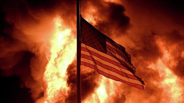 Американский флаг во время протестов в городе Кеноша, штат Висконсин
